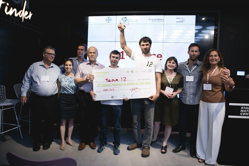Congratulations to Vitaglia, winners of the PhenoHack in Tel Aviv, 17-18 July 2019. Bayer Crop Science R&D Alliance Management & New Ventures Johan Botterman (3rd from left) and Trendlines Agrifood Pte. Ltd. CEO Nitza Kardish (far right) present the winning team with their $13,000 prize. Bayer and Trendlines were among the organizers.
